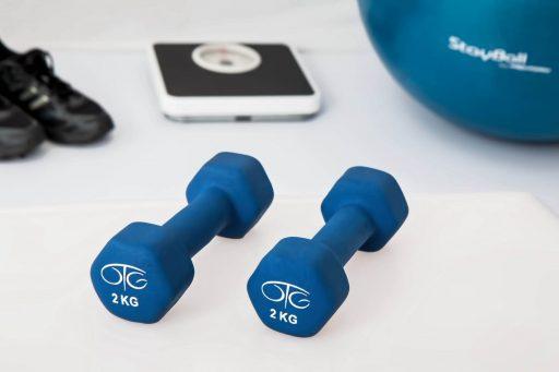 El fitness para personas mayores es saludable y divertido