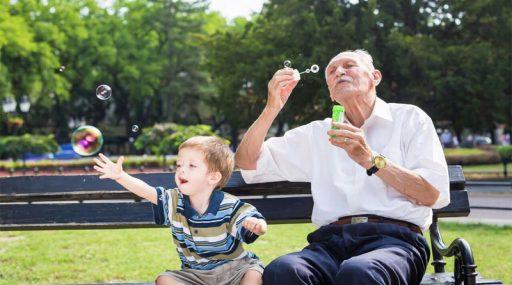 La 'infantilización' de la persona mayor
