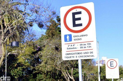 Prioridad legal para espacios de estacionamiento para personas mayores en estacionamientos