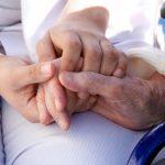 Salud de los ancianos: ¿quién es responsable de pagar los gastos del acompañante?